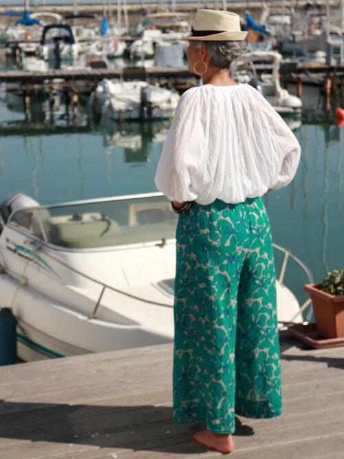 Completo Mango blu - Blusa bianca con manica ampia, pantalone con stampa foglia stilizzata blu/rosso dalia
