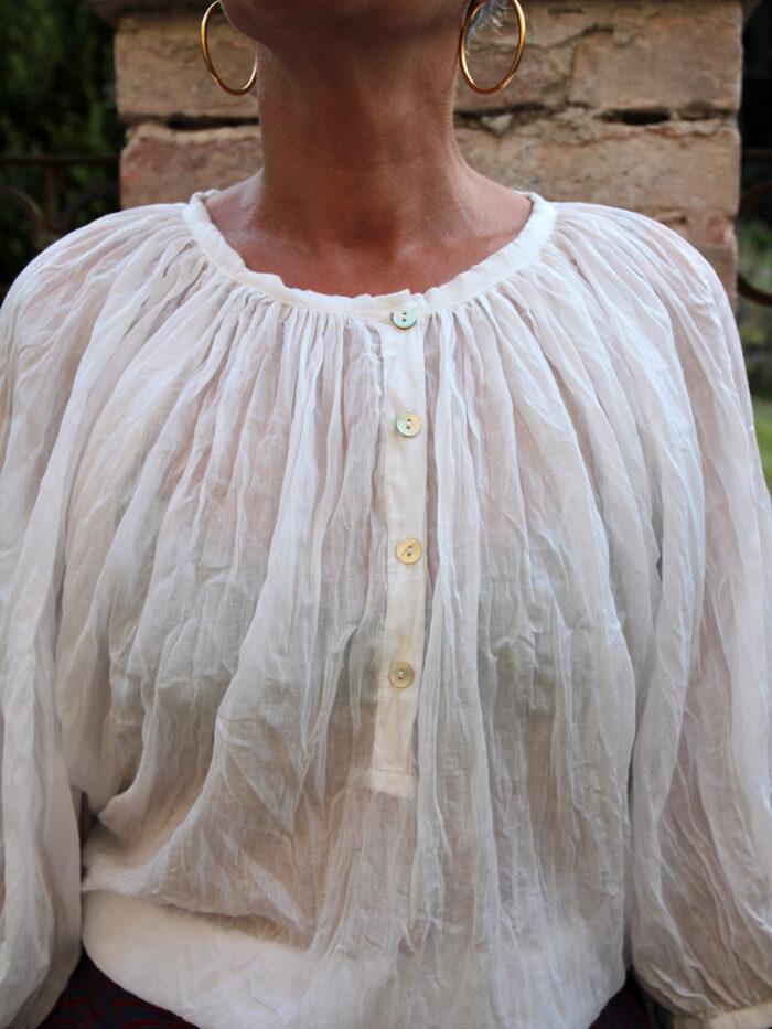 Camicia Sissi, in cotone leggero, taglio morbido, manica a sbuffo, molto ampia.